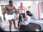Брюнетка в чулках в любительском видео показывает и дрочит волосатую киску
