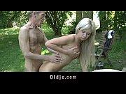 У девушки неожиданно оголилась грудь