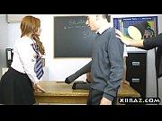 Девушка обслуживает толпу порно