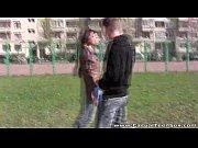 Клевая девушка отсасывает парням