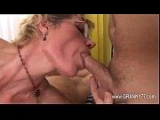 Порно видео дедушка трахает свою внучку под елкой
