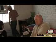 Видео старушки мастурбируют на улице