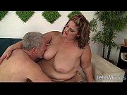 Порно лесбиянка с огромными дойками трахает страпоном подружку