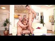 Два русских мужика трахают жену при муже русское