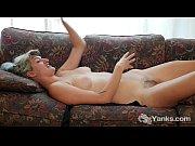 Порно старая мамка лижет попу дочку