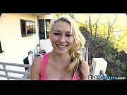 Девушка трется киской об подушку видео