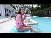 Vadia branquinha fazendo porno a beira da piscina