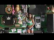 Скрытая камера снимает на видео зрелую и красивую нудистку с большими сиськами
