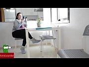 Жена делает глубокий миньет своему директору видео