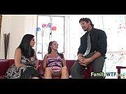 Подглядывающий за женщинами и девушками в тесном кругу видео