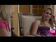 Женщина показывает волосатое влагалище