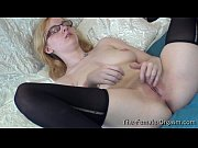 Лесбиянка привезала к кровати девушку