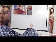 Девушка смотрит порножурнал и мастурбирует