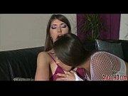 Порно видео с огромными дойками сосет двоим
