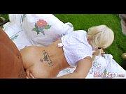 Девушка снимает белые колготки показывает киску