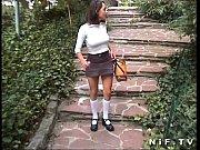 Девушка расдевает нижнее белье фото