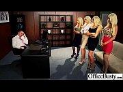 Бойфренд занимается сексом с молодой блондинкой перед зеркалом