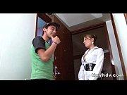 Русская госпожа с любовником вытиают грязную обувь об раба