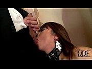 Качки заливают в зале девке сперму в рот