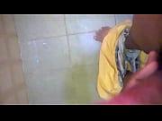 Стрептиз пенной брюнетки в ванной