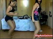 Смотреть онлайн видео девушки в микро бикини на пляже играют с мичём