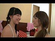 Девушка сует себе в вагину видео