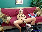 Красивая женщина показывает эротический сриптиз