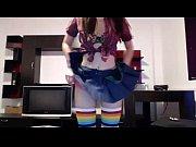Сексуальная девушка в коротком платье и чулках