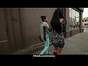 Голая беременная показывает свою