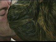 Парень трахает сексуальную маму