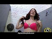 Порно онлайн привлекательная девушка раздвигает ноги ноги