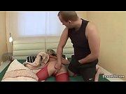 Лизал пизду у матери под юбкой