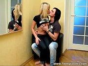 Парень лижит у девушки под юбкой видео