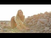 Блондинка показывает свои тити видео