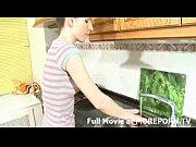 Парень имеет на кухне молодую русскую брюнетку в белых чулках