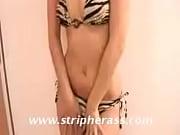 Девушка в полосатом купальнике подготовила попу