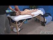 Сидячий апскирт девушки на корточках в коротких юбках