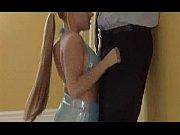 Мужик развевает девушку в подъезде видео