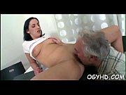 Порно молодухе рвут очко и рот