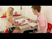 Красотка блонди дает парню