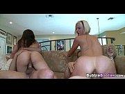 Зрелая женщина долбится в анал с двумя самцами