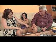 Друг снимает порно и занимается сексом с зрелой семейной парой