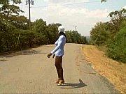 Travesti negro posando en la calle