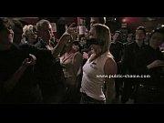 Красивая молодая русская голубоглазая девушка маструбирует и кончает