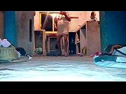Видео женщины раздвигают ноги в трусах