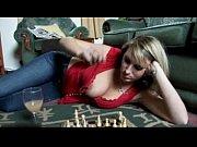 Женщина в кожаной мини юбке секси