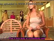 Шикарная женщина в сильно коротком платье видео