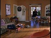 На диване похотливую темноволосую подругу парень ебет в жопу и кончает в нее
