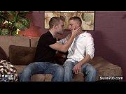 Namorados novinhos transam no sofá