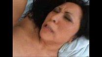 Oosterse tante vingert het sperma van haar neef uit haar kut